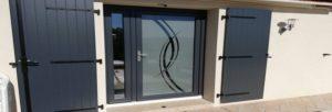 Entre porte vitrée, semi-vitrée et pleine, le choix du modèle et du design d'une porte d'entrée dépend du goût de chacun et du style général de la maison.