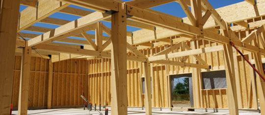 Une maison avec une ossature en bois